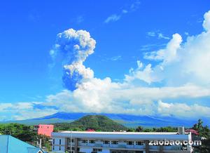 从黎牙实比市看去,可见菲律宾马荣火山喷发的灰团直上云霄。这次马荣隔三年后再爆发,威力虽不大,却导致四名游客死亡。(美联社)