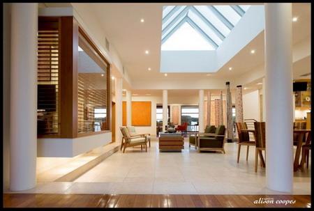 客厅采用了天井式的设计,空间宽敞而大方明亮图片