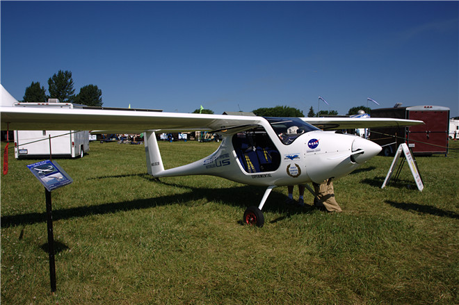 GX Aviation系统主要应用于大型客机和公务机,是首个真正实现覆盖全球的高速空中无线网络服务,它的最高数据传输率可达50Mbps。GX Aviation系统使乘客们能在全球各个角落甚至是大洋上空轻松查看实时的社交媒体信息,收发电子邮件和观看视频直播。 霍尼韦尔安全与信息系统市场营销部副总裁Jack Jacobs表示:此次最终设计评审的顺利通过是实现GX Aviation系统在2015年上半年正式下线前的又一里程碑。我们正努力为世界各地的乘客和航空公司打造新一代高速空中无线网络,在国内或国际航班上皆可