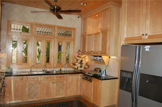 全部使用柚木地板的家庭活动室,配有实木框架玻璃.
