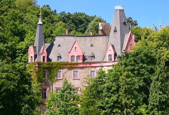 包含两幢帝国宫殿建筑——古城堡和庄园建筑,让人感受独特的德国建筑