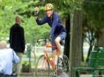 美国务卿摔断腿 因自行车事故现已在治疗
