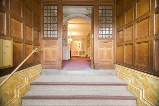 步入这栋豪宅内部,优雅的综合大厅气派非凡、豁然开朗。大厅覆盖华丽的木镶板,带有石制壁炉架的壁炉,营造出雅致温馨的气氛。您可将查尔斯河(Charles River)景色一览无遗,一边欣赏怡人景致,一边在这里过着心旷神怡的生活。升级的花岗岩和樱花木装饰的厨房提供舒适的就餐空间,让家人在此共享天伦之乐。 经典设计让每个人都可以在这里获得理想的居住体验,卸下所有疲惫。优雅大方的家庭休息室是放松身心的绝佳场所;休息室则设有地板到天花板的书架、吧台区、引人瞩目的壁炉和装饰精美的饰线。豪华得体又品位不俗,来到这里的人都