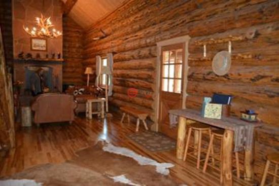 松木和红杉木板的隔墙