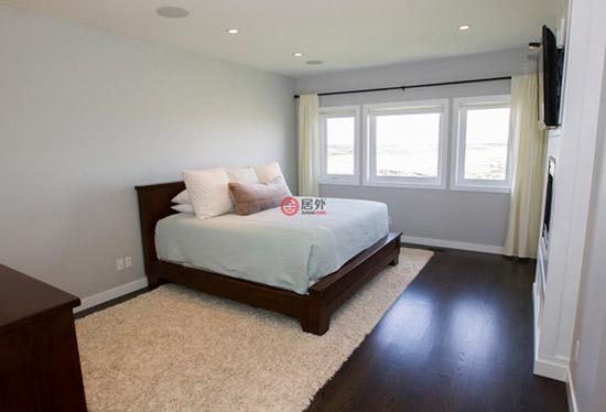 住宅还带有许多经过了升级更新的设施,令居住舒适度更是大大得到提升。屋内带有位于主楼层和和底层的供暖地板,并且通体安装分区式供暖系统(强制通风式)以及空调。主楼层、楼上的楼梯道、楼上的走廊、主卧的地面全部现场装修铺设4英寸宽的橡木硬木地板,更显气派非凡。入口门厅、雨具室以及化妆间(0.