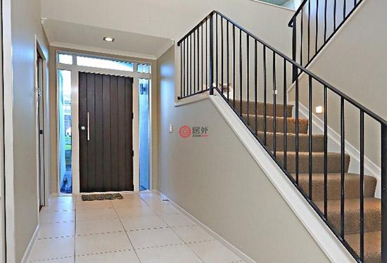 这套家庭式住宅门厅铺有地砖,设有双倍层高天花板及宽敞楼梯道.图片
