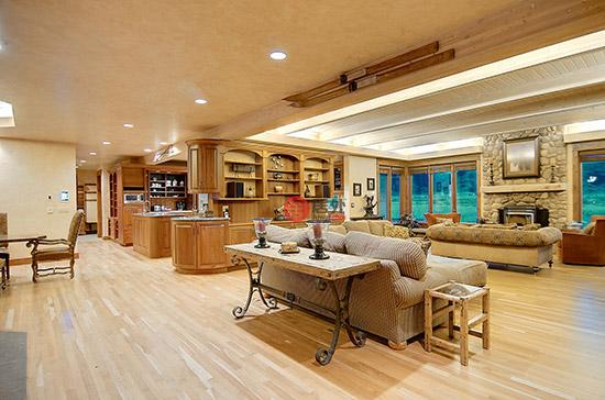 超大居住空间下的温馨之家 住宅的内部分为东西两个复合式空间,美式的简约明亮和科罗拉多的自然质朴风格合二为一,房屋内部结构流畅,东边的住宅有 5个卧室 和5个浴室 ,连浴室套房的设计让你能够在一天结束之余迅速解乏,房屋内的配套的地暖、壁炉和吊扇也可以让你的一年四季都无后顾之忧。住宅外部的空间同样惊艳:两个与外墙相连池塘的水直接汇合到扬帕河,纯净的水质让人心旷神怡。