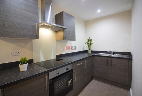 狭长型厨房设计,橱柜及油烟机等厨房配备设施齐全.
