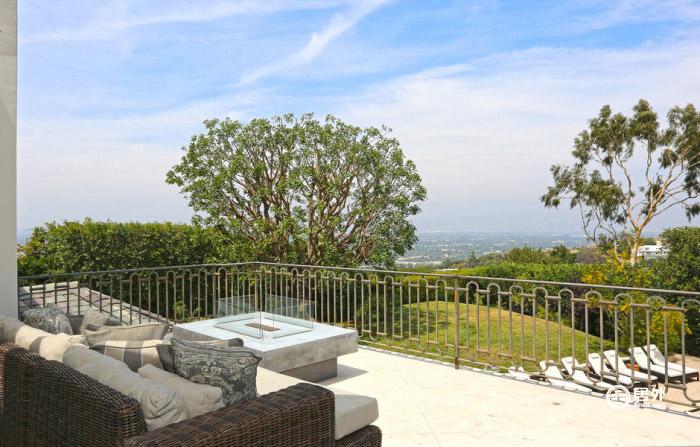 私家阳台可欣赏圣费尔南多谷(san fernando valley)绿荫美景.图片