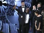 奥斯卡颁奖大乌龙 颁奖者表示拿错信封所致-热点
