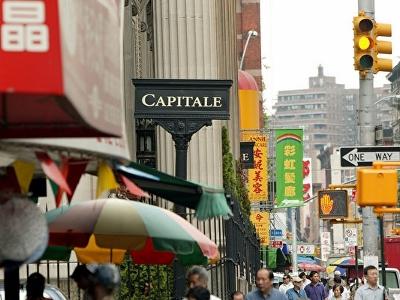 美国各大城市的唐人街,过去一世纪曾是亚裔新移民或难民寻求社会支持与庇护的栖身地。图为纽约唐人街。