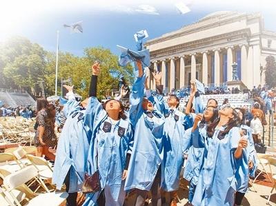 2016年5月18日,哥伦比亚大学毕业典礼,大陆留学生抛帽庆祝