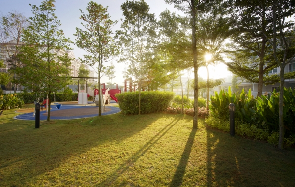 广阔的户外园林空间和游乐场给孩子带来了充足的活动空间,让他们尽情接触阳光与自然