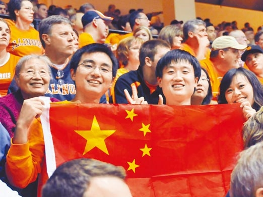 美国伊利诺大学香槟分校举办中美联欢夜,中国留学生展示五星红旗