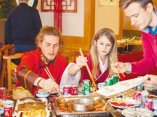 美国人在唐人街川菜馆内,品尝道地的川味火锅