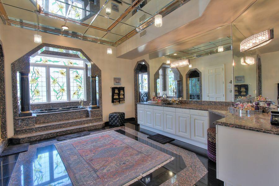 铺上大理石地板的桑拿浴室
