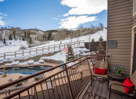 这栋位于Snowmass Village 690 Carriage Way 的一卧房产,邻近滑雪场,推开窗滑雪场的景色便一览无余。面积51平米,目前售价39.8万美元,折合人民币261万元。