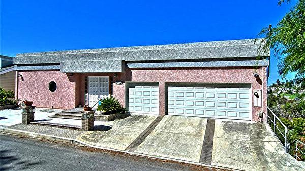 5035 Escobedo Drive粉色现代风格山顶房,山峦谷景尽收眼底,售价79.95万美元