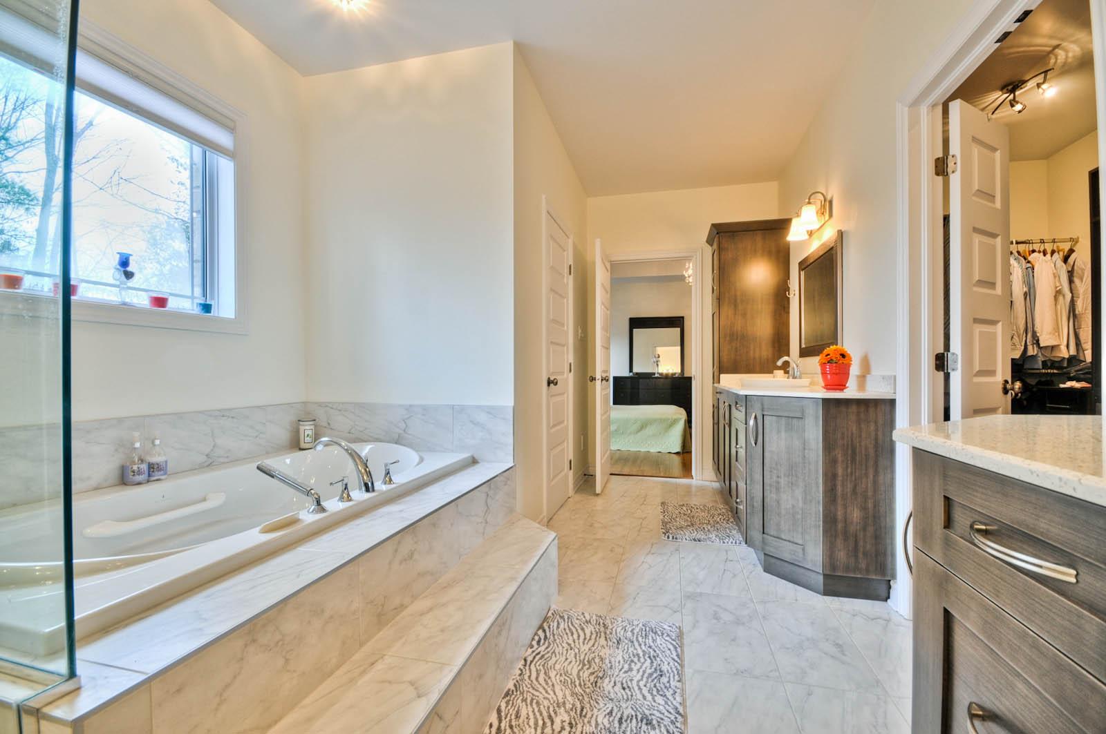 住宅带有治疗喷射型热水浴缸、独立淋浴间,以及带坐浴盆的私人卫生间