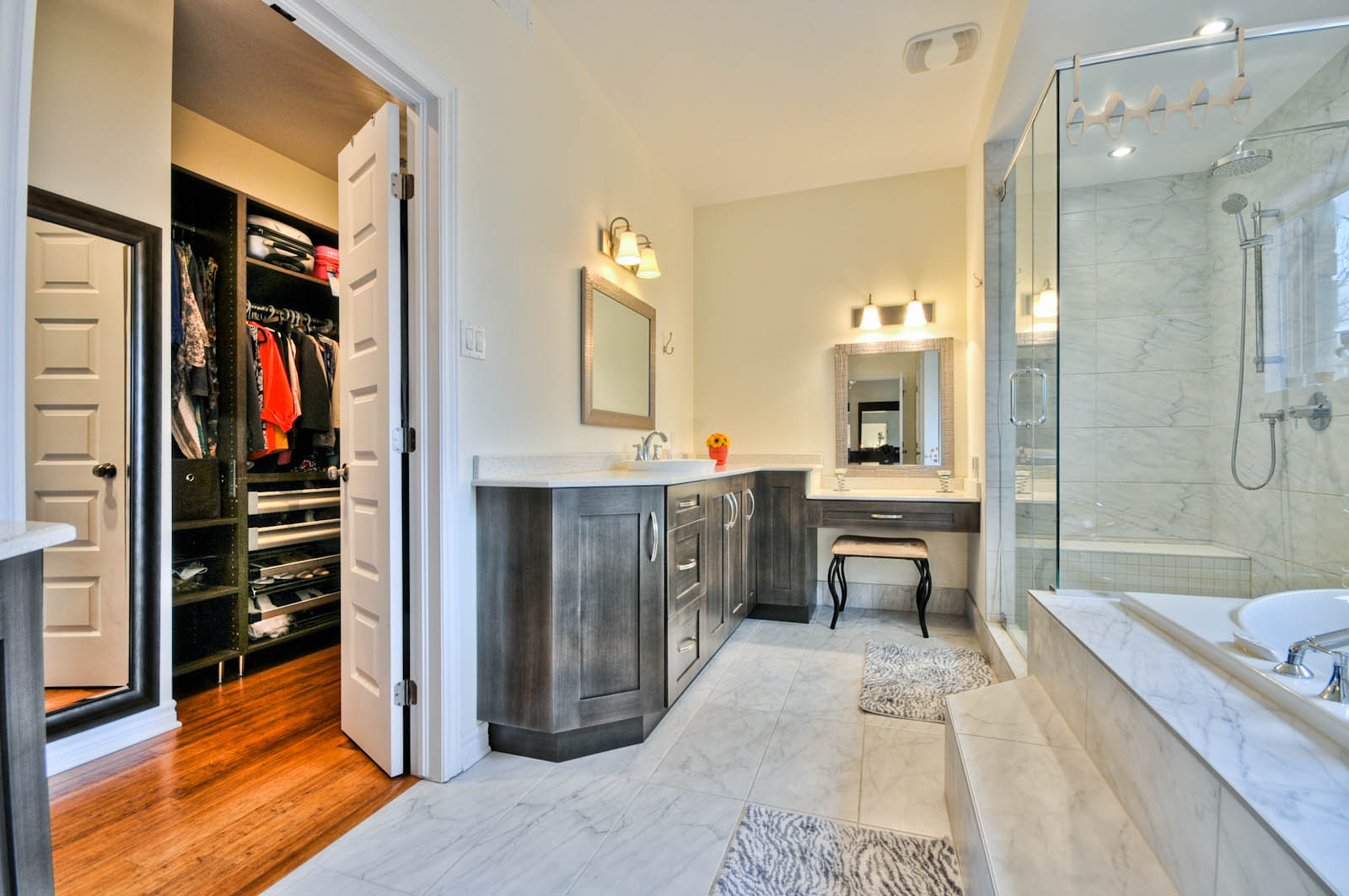 大型卧室带有步入式衣柜,配有大量梳妆台和抽屉,方便收纳和整理