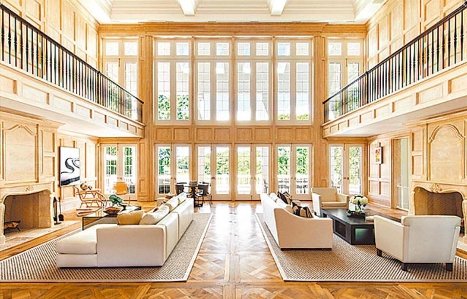 挑高客厅:宽敞的客厅采挑高设计,利用大面积落地窗为室内增添自然日光,以米色系家具搭配原木地板营造温暖舒适的氛围