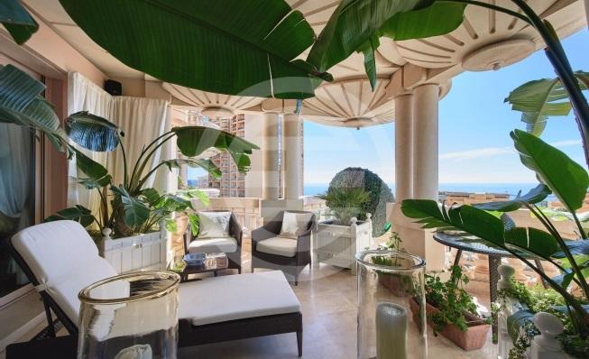 摩纳哥被视为避税天堂,提供大量税务优惠,因此吸引世界各地富裕人士到来定居,据统计,有35%摩纳哥居民都是百万富豪。图为居外网的一套摩纳哥海景豪宅(点击图片查看房源)