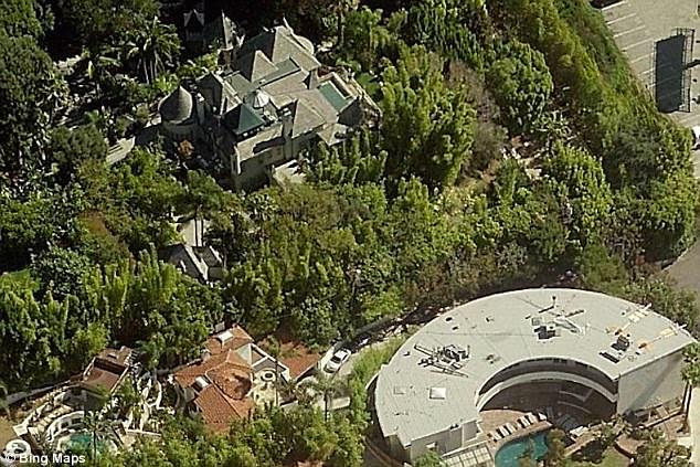 《加勒比海盗》主角也有4套相邻的房子,以及一个建在城堡式豪宅旁边的录音棚(右下)
