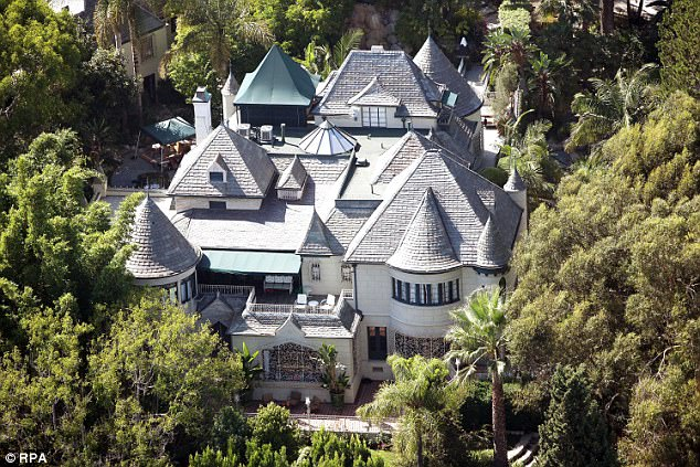 约翰尼变卖的豪宅包括1995年购入在西好莱坞占地四英亩,共8卧室的1920年代城堡风格豪宅