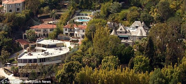 约翰尼在好莱坞山有5套房子,价值1900万美元(如图),俯瞰日落大道