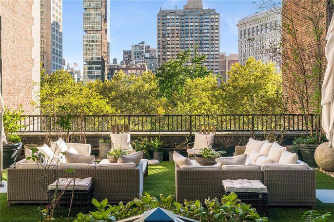 室外空间横跨四个露台和两层楼,拥有麦迪逊广场公园的景色