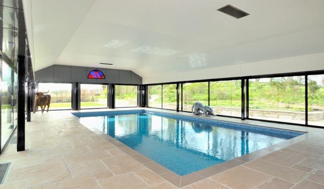 室内地热温水游泳池是放松身心的好去处