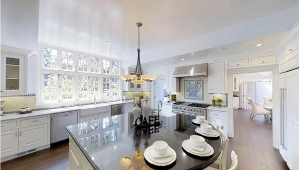美丽的厨房配有大型橱柜台,全部设施都相当高端豪华