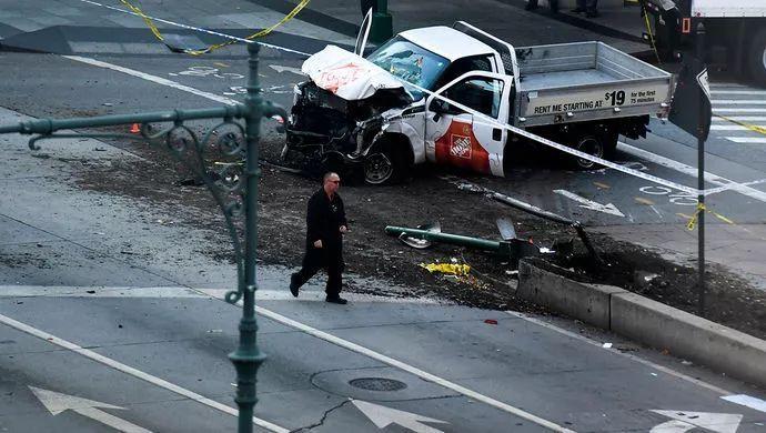 10月31日,纽约曼哈顿发生卡车冲撞人群事件,有8人在事件中死亡。纽约市长表示,这是一起恐怖(主义)事件
