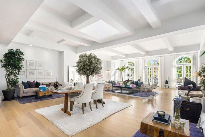 这套6500平方呎的公寓,有四间卧室,六间浴室