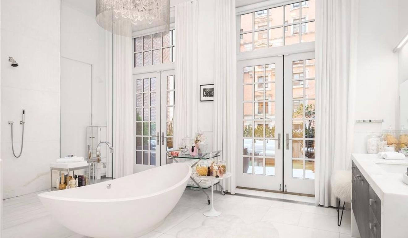 主卧室配有两间大理石浴室,一个独立的浴缸以及可通往露台的更衣室