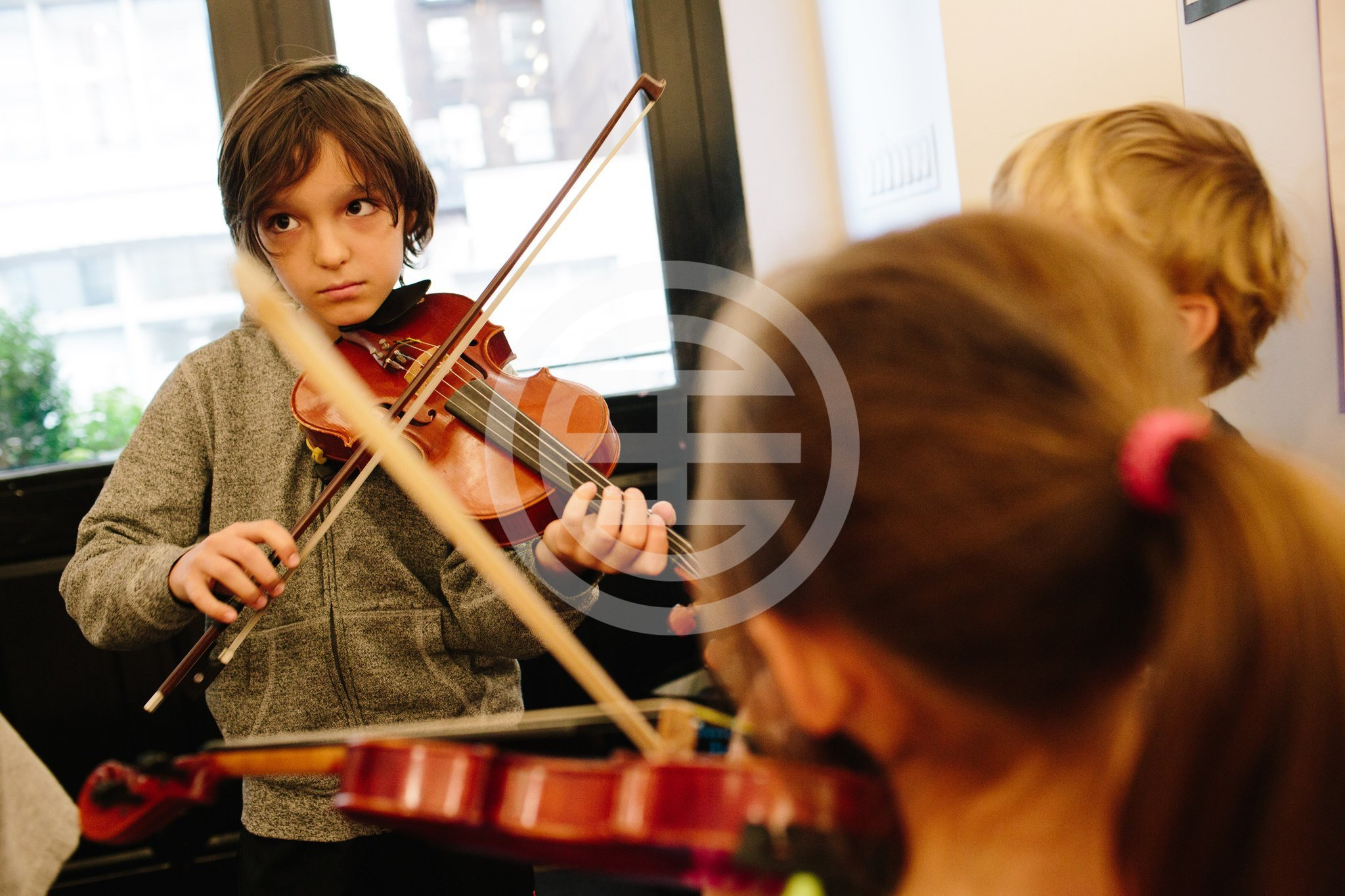 Portfolio学校学生在为电影集作弹奏音乐