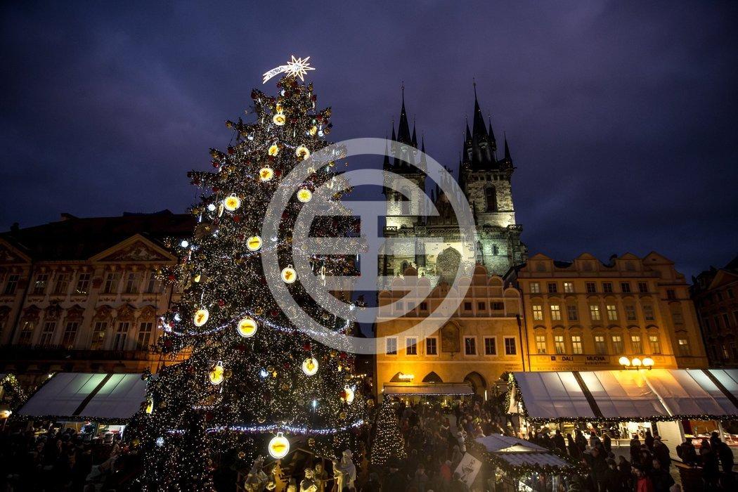 布拉格老城广场上的圣诞集市