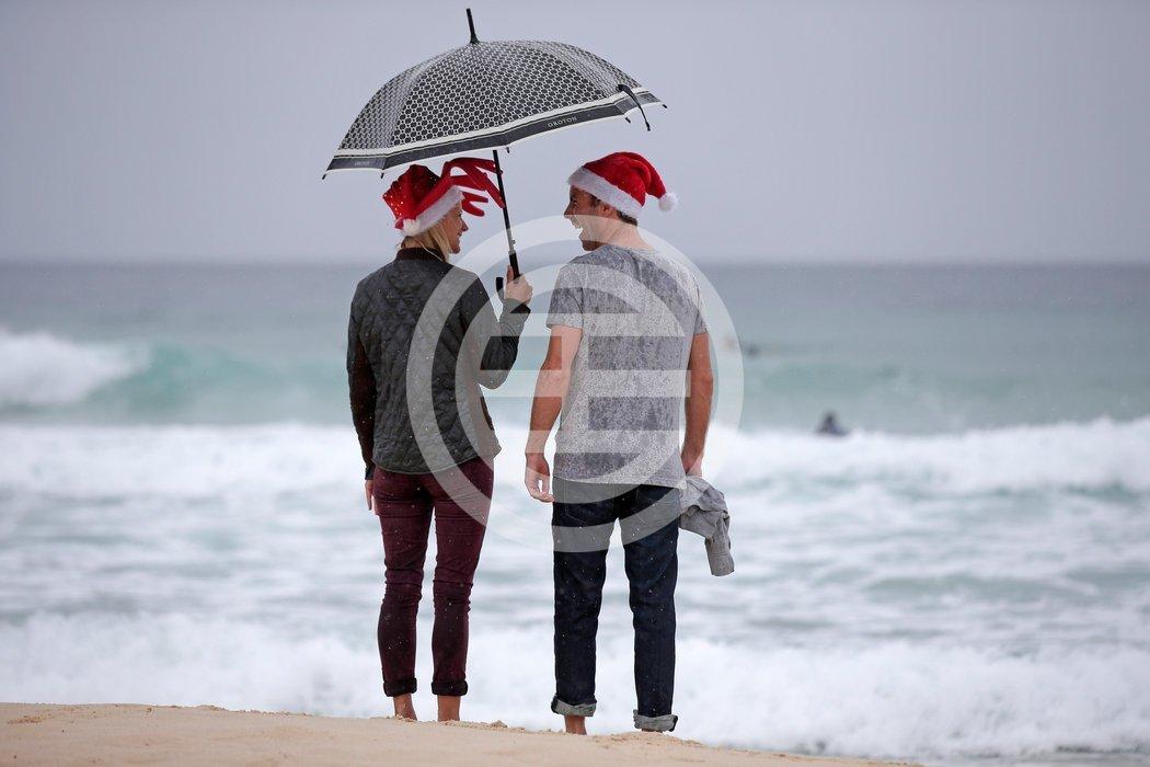 一对夫妇在悉尼邦代海滩过圣诞节