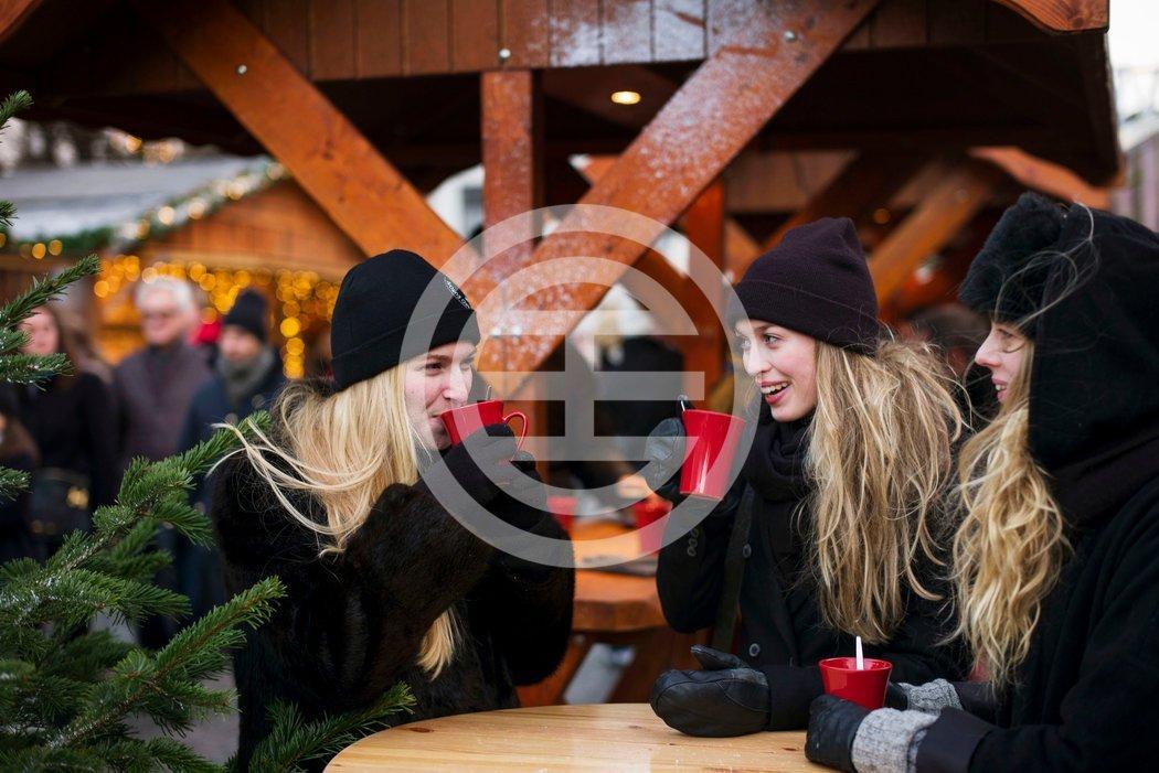 在哥本哈根霍伊布罗广场的圣诞集市上和香料酒热身