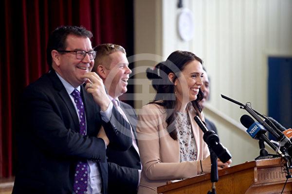 工党在大选中推出高等教育政策。从左到右,财政部长格兰特·罗宾逊、教育部长克里斯·西普金斯和总理嘉欣达·阿丹
