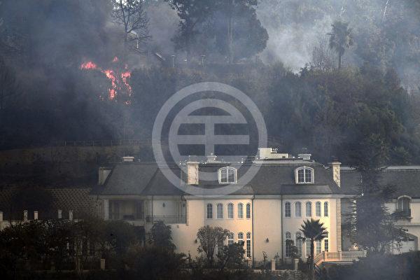 12月6日清晨,洛杉矶著名的富人区贝莱尔区(Bel-Air)爆发斯克博火,至少4—6幢豪宅被烧毁