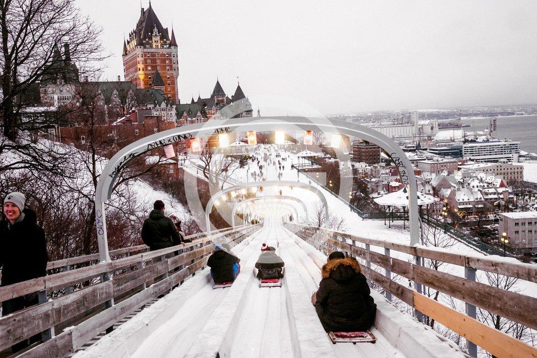 游客乘坐平底雪橇朝费尔蒙特城堡酒店方向驶去