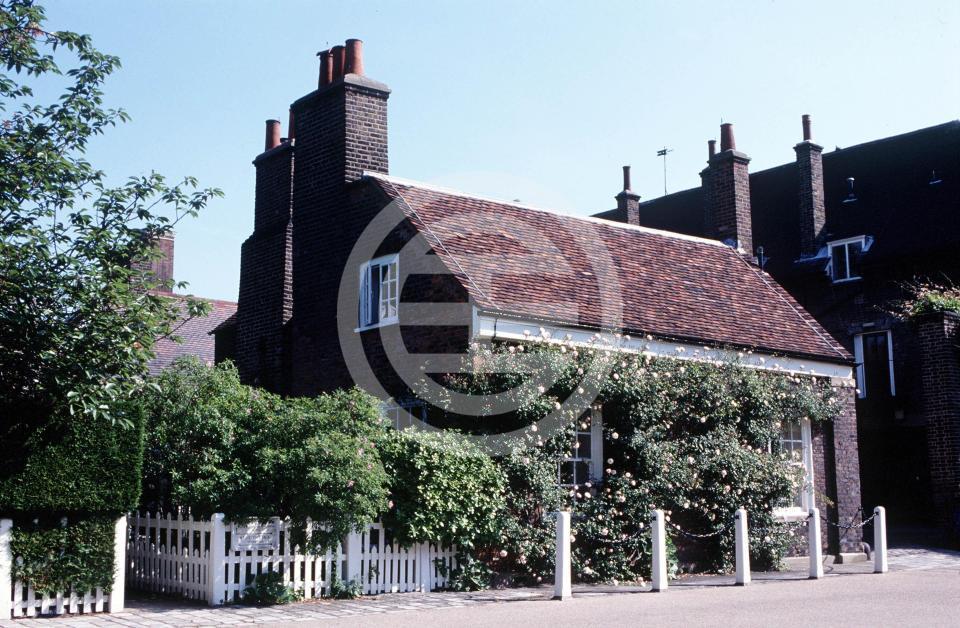"""古旧的""""诺丁汉别墅""""附属于肯辛顿宫,是维多利亚女王于1819年的出生地"""