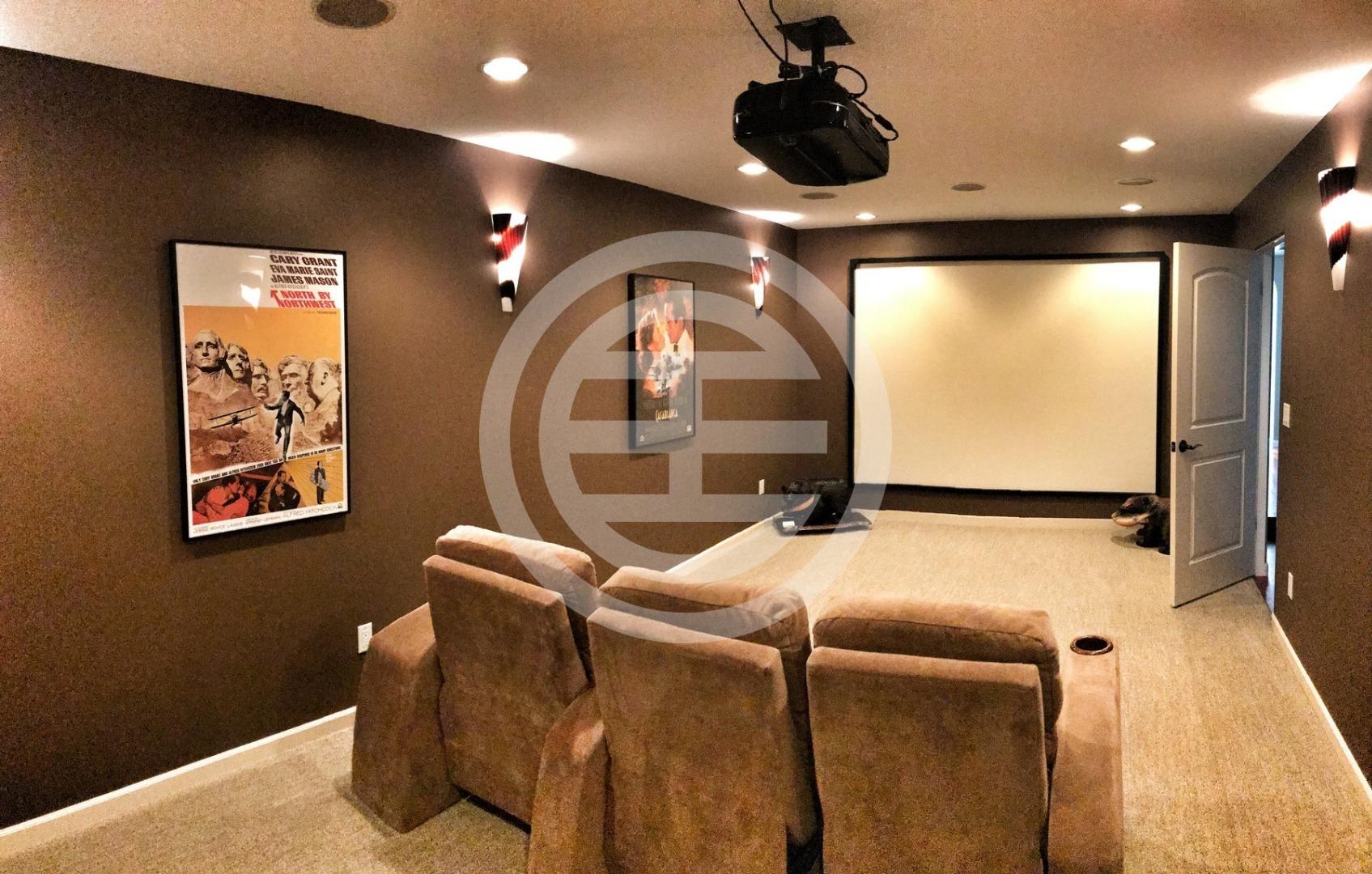 家庭影院配有120英寸屏幕
