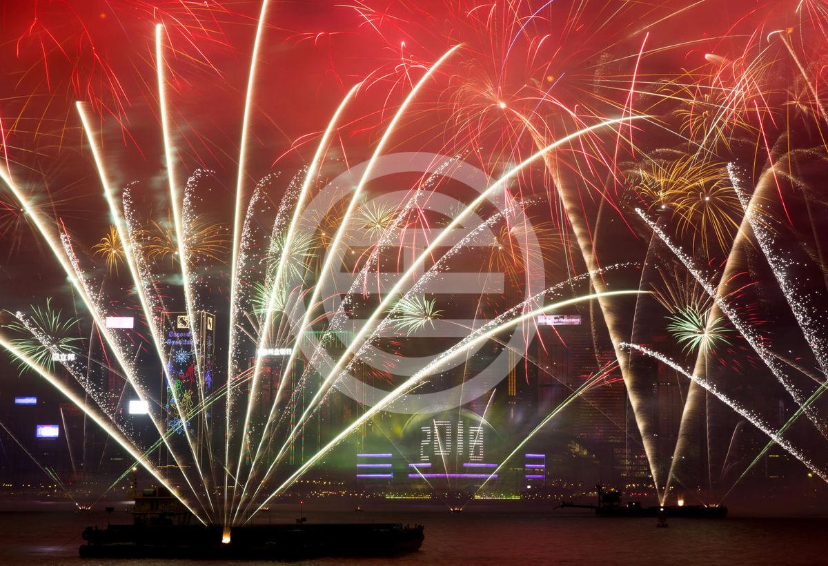 踏入2018年,中国香港利用税务新政吸引内地U乐国际娱乐。图为2018中国香港除夕倒数烟火汇演