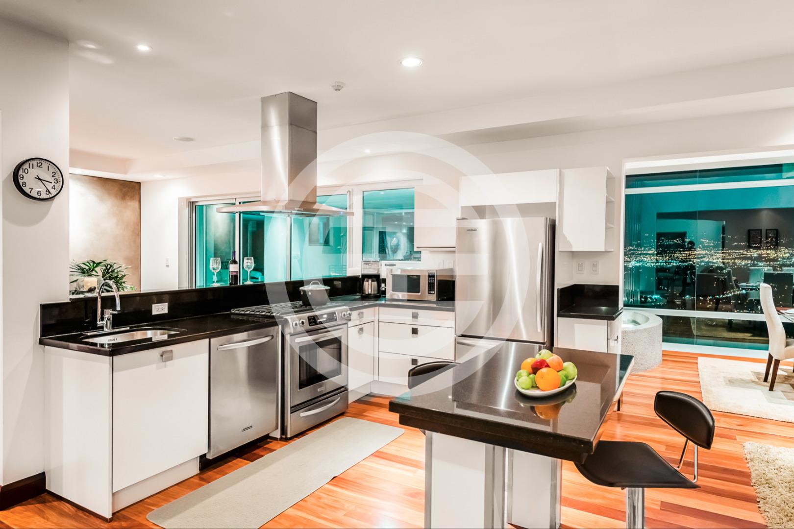 住宅内有三个现代化厨房,全部经过精心装修