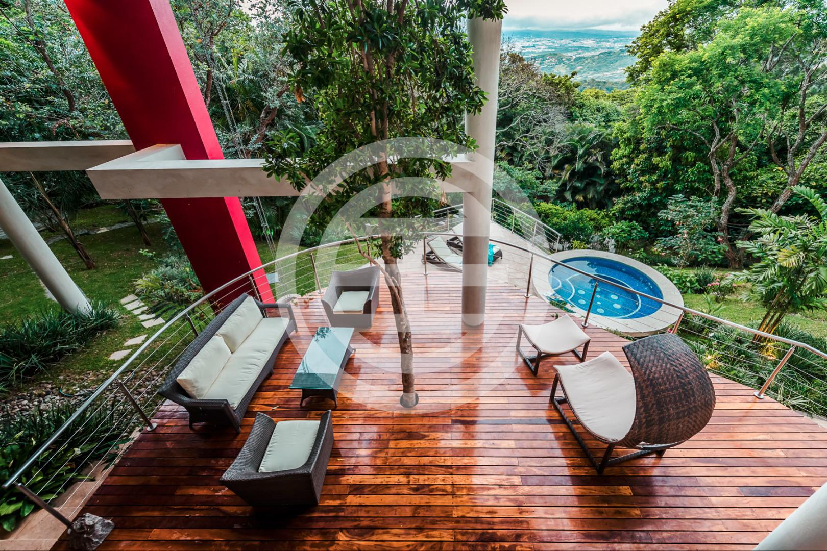 游泳池和私人日光浴平台给你真正在大自然享受生活的珍贵体验