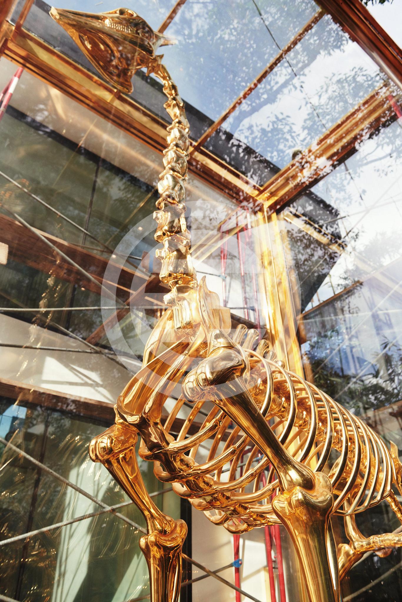 尼米亚为自己豪宅专门定做的黄金长颈鹿雕塑