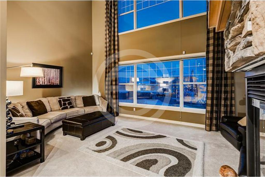 完美无暇的4卧3.5浴湖畔住宅,坐落在新兴社区Chaparral。走进大门厅,您将立即感受到这套3,400平方英尺住宅的温暖能量。物业编号:36999193(点击图片查看详情)