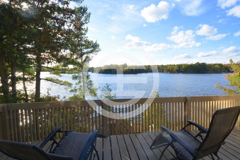 安大略省Buckhorn附近大秃湖畔一处住宅的景色
